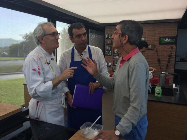 Xabi Gutiérrez, Yanko Iruin (asesor científico) y un servidor discutiendo sobre una de las recetas del programa