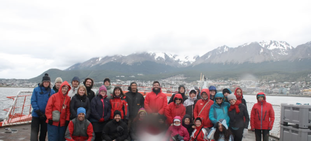 Imagen 1. Todo el equipo científico de PEGASO zarpando del puerto de Ushuaia, 02/01/2015 (Fuente: http://www.icm.csic.es/icmdivulga/ca/campana-pegaso-01.htm).