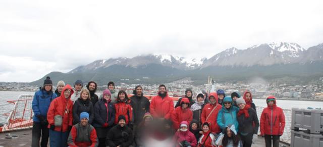 Imagen 1. Todo el equipo cient�fico de PEGASO zarpando del puerto de Ushuaia, 02/01/2015 (Fuente: http://www.icm.csic.es/icmdivulga/ca/campana-pegaso-01.htm).