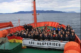 Imagen 13. Fotografía fin de campaña: científicos, personal UTM y dotación de la Armada.