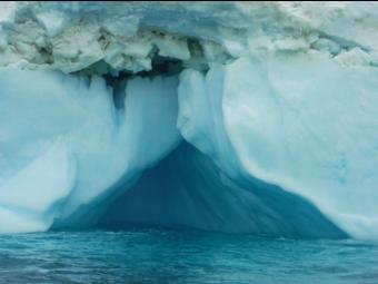 Imagen 9. Cueva formada en uno de los Icebergs avistados.