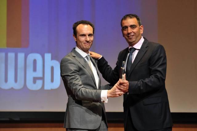 Recogiendo el premio de manos de Víctor Rodríguez, editor jefe de laverdad.es.