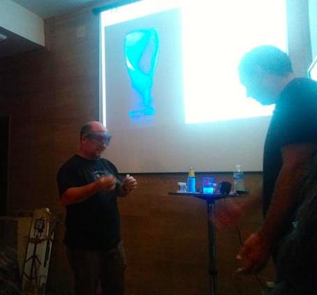 Alberto Márquez haciendo el experimento del Gin Tonic